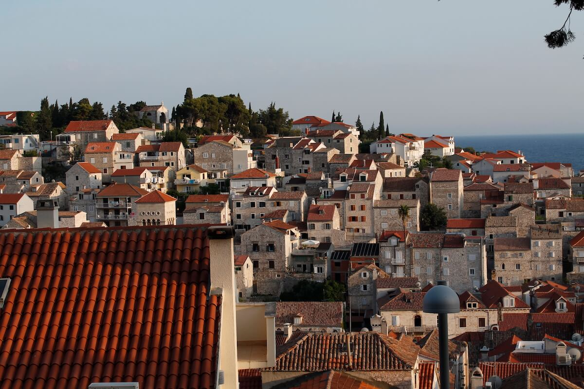 cases de pedra i teulats vermells de Hvar