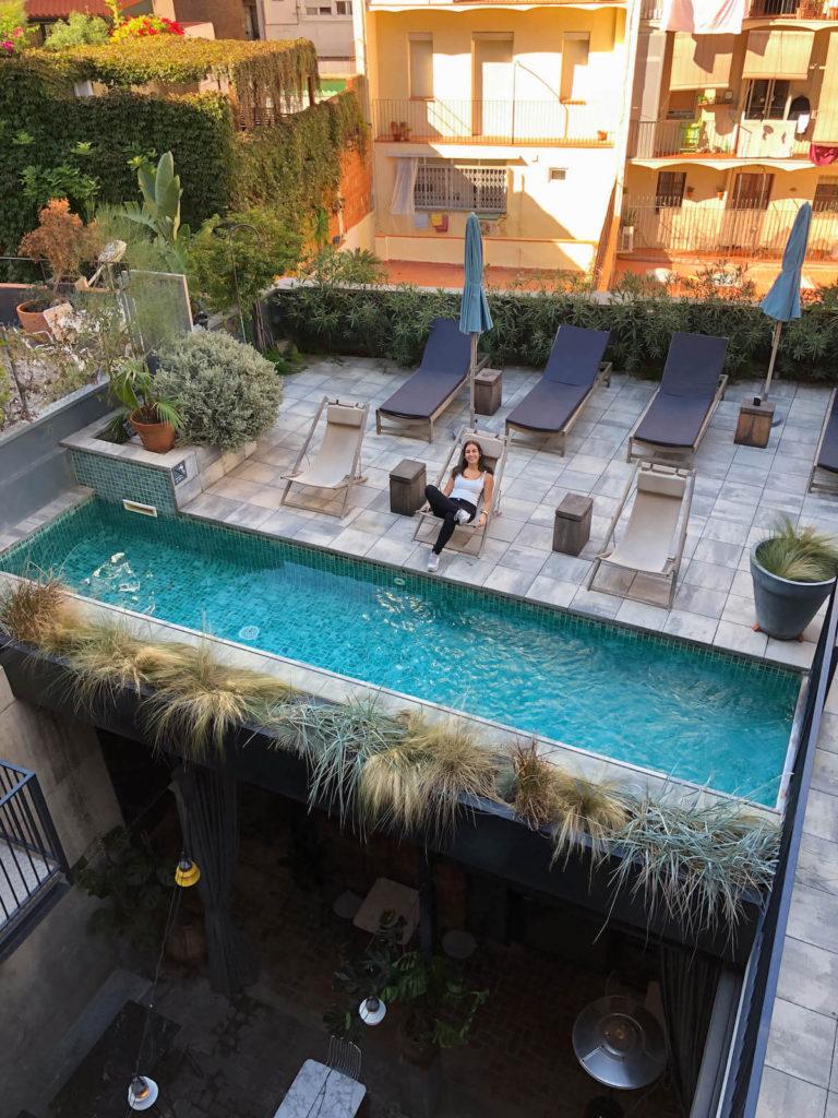 Zona de piscina i terrassa a l'hotel Brummell